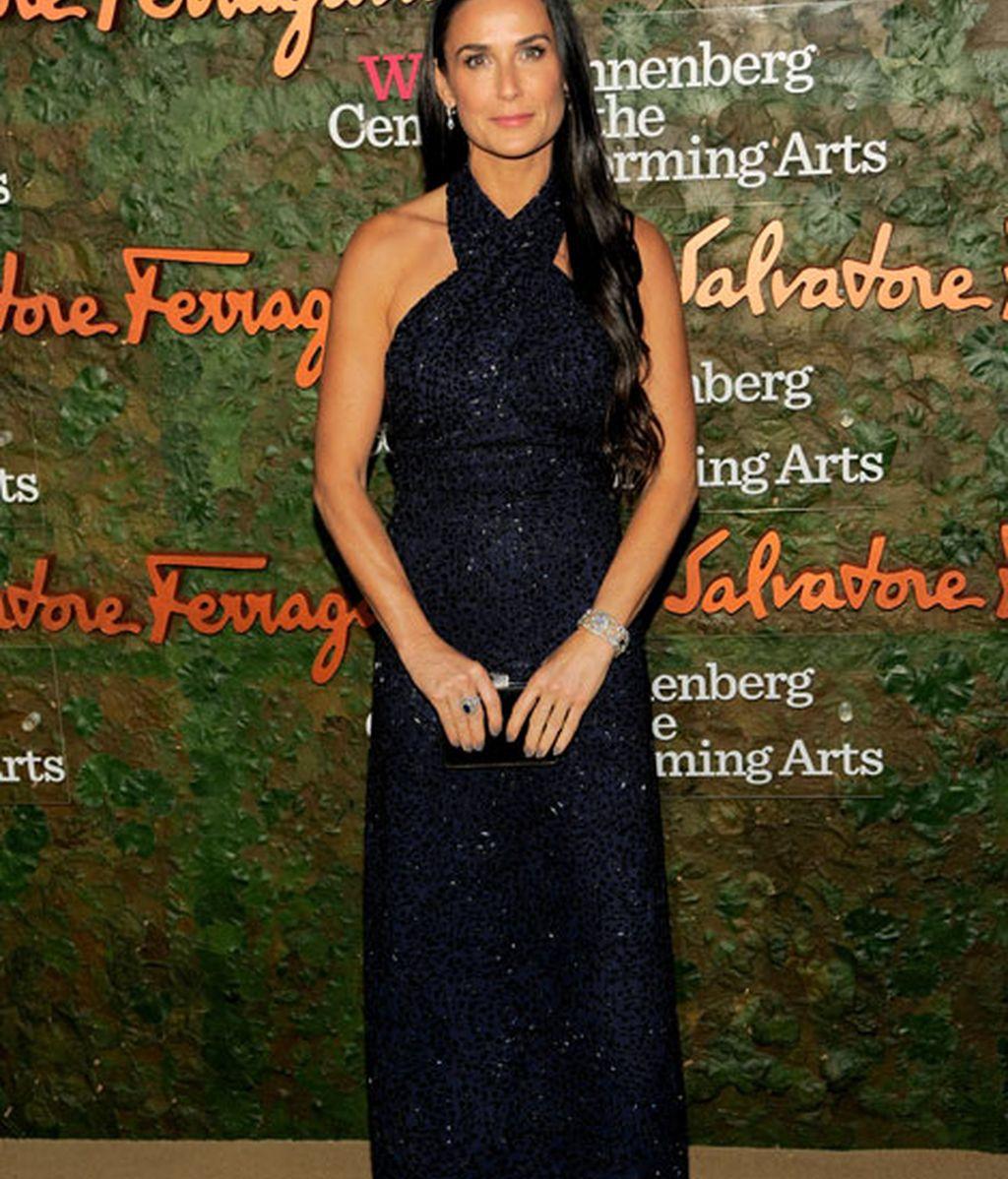 Demi Moore también eligió un vestido azul de Salvatore Ferragamo
