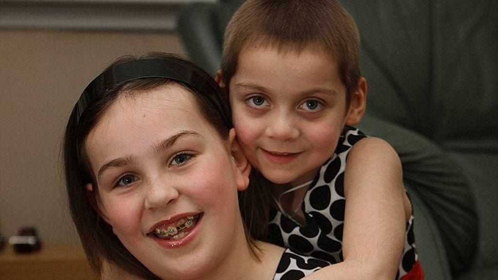 Lauren, de nueve años, ha salvado la vida a su hermana Emily, de cinco.