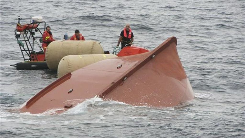 """Un momento del operativo de búsqueda y rescate con medios marítimos y aéreos, coordinado por Salvamento Marítimo de Fisterra, del pesquero """"Hermanos Landrove"""",  que naufragó a unas 20 millas de Cedeira. EFE/Archivo"""