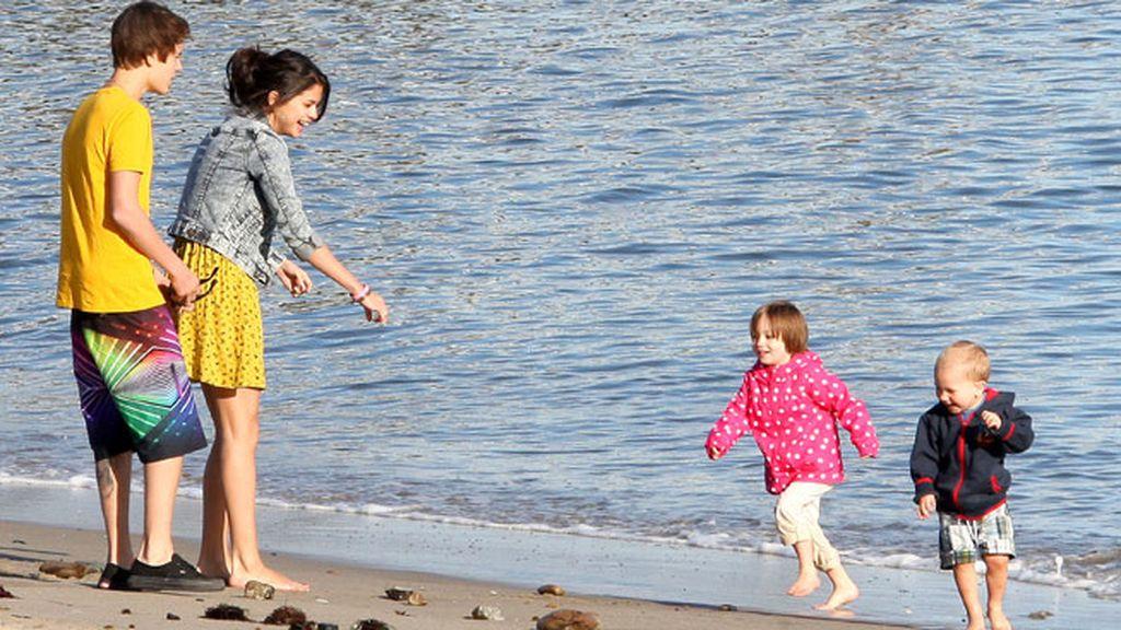 Un día familiar en la playa con los hermanos pequeños de Justin
