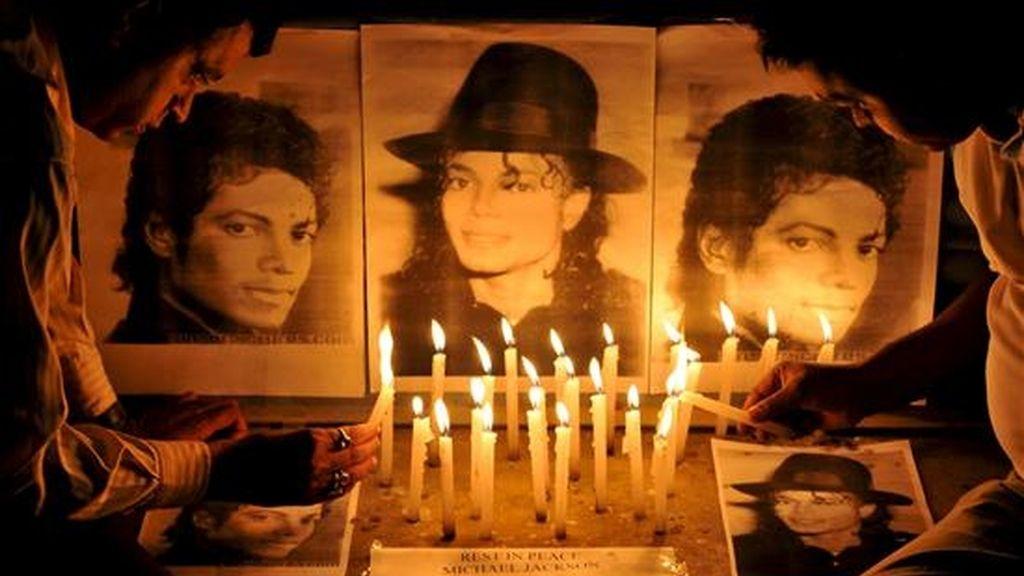 Seguidores indios de Michael Jackson le rinden homenaje en la ciudad india de Bangalore. EFE