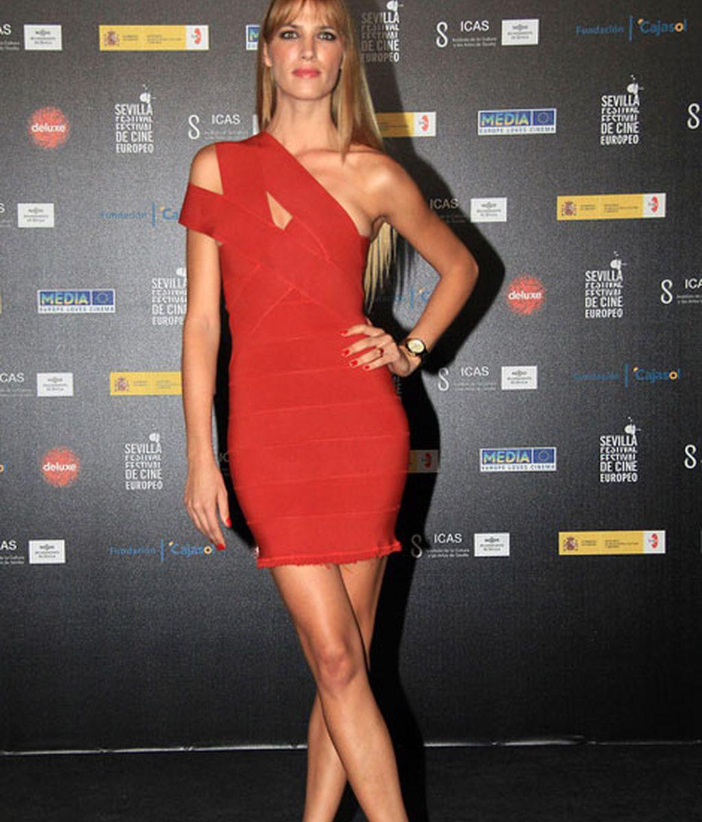 Laura Sánchez, guapísima con un mini vestido rojo de corte asimétrico
