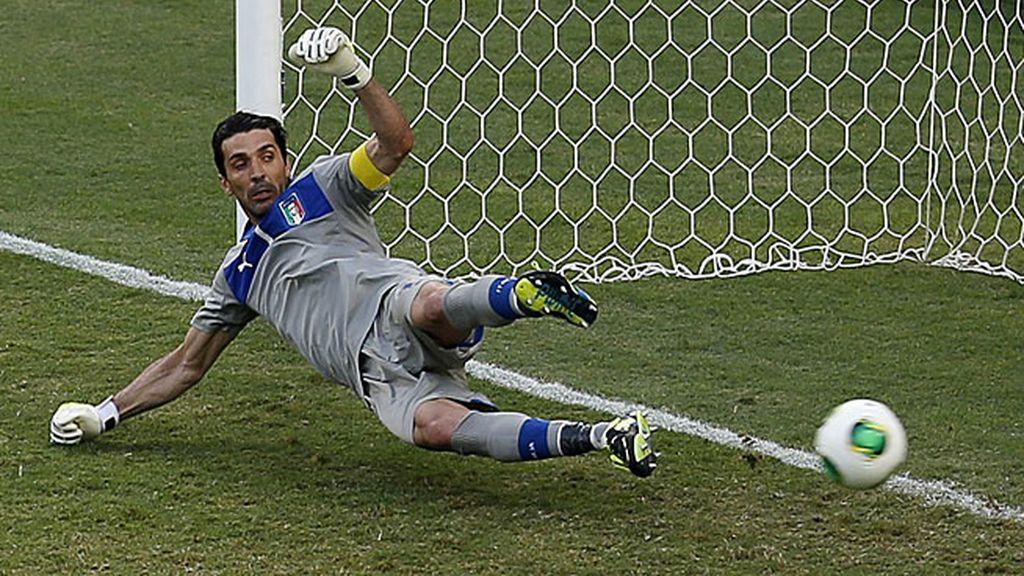 Buffon no pudo detener el penalti de Chicharito