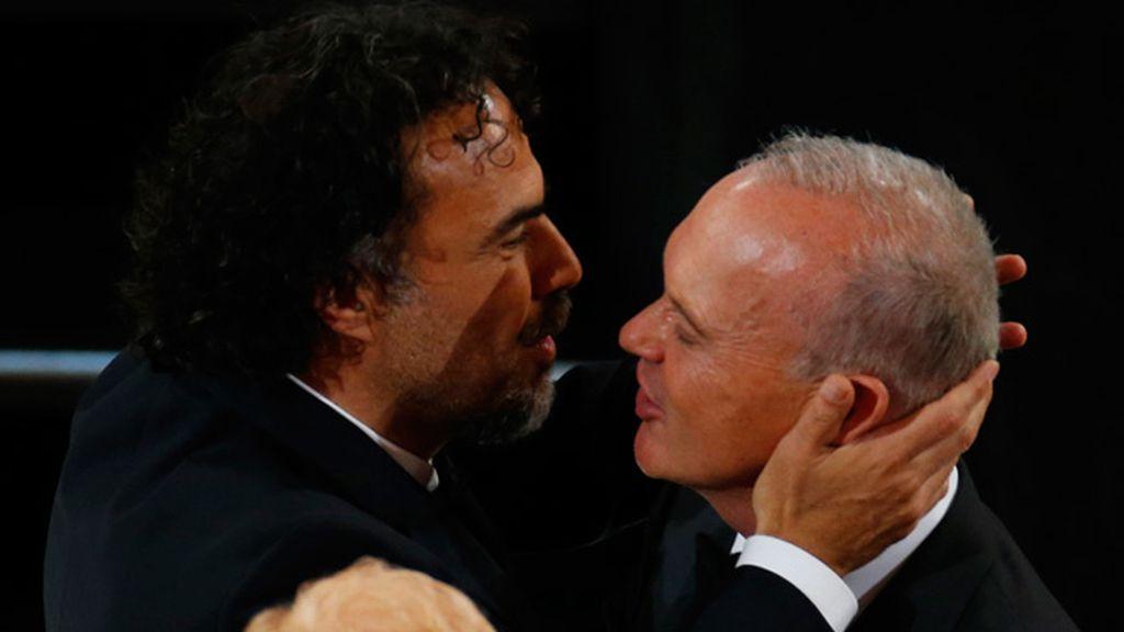 Alejandro González Iñárritu besa a Michael Keaton