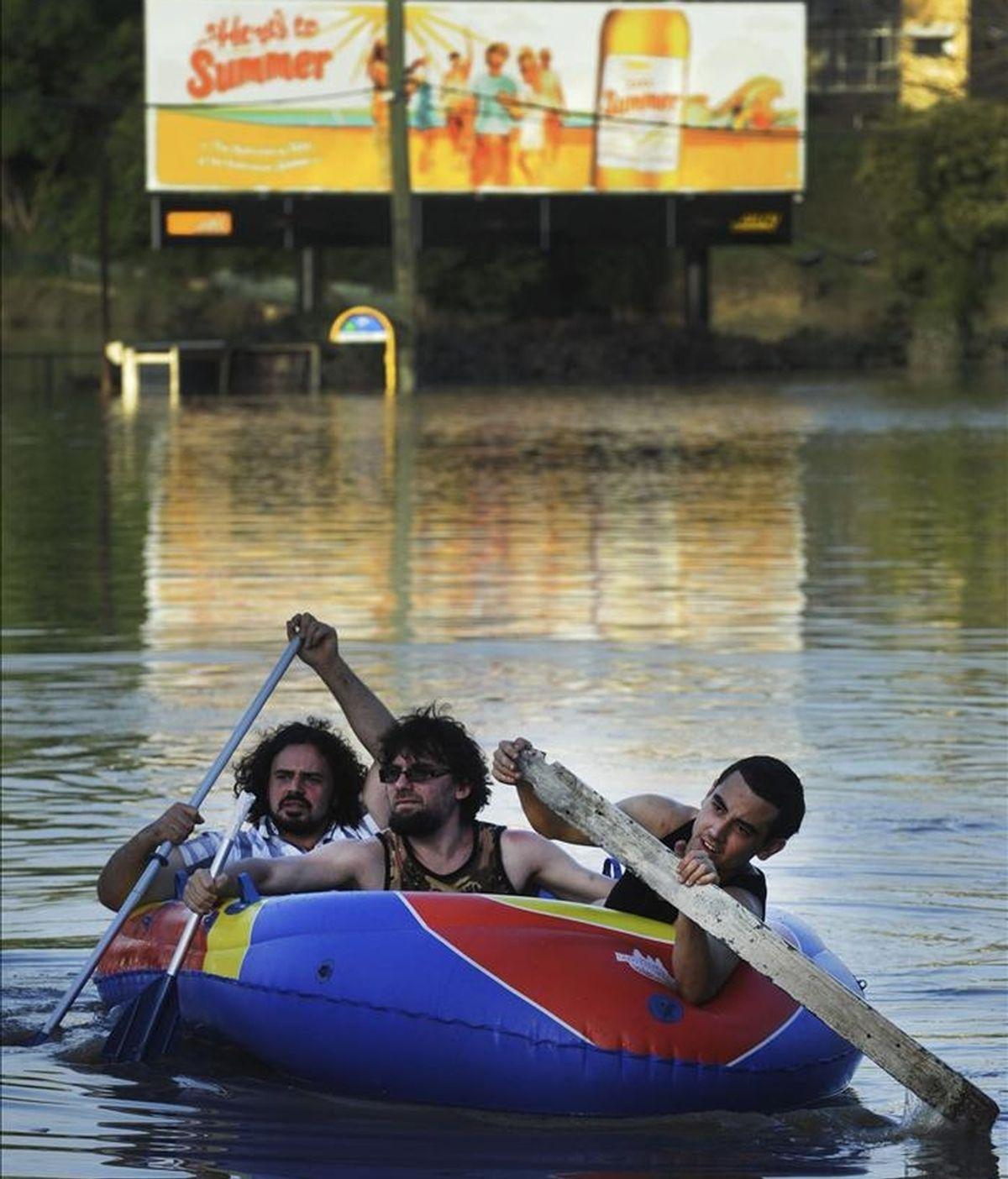 Varios chicos se desplazan en una barca hinchable en el barrio de Rosalie, en Brisbane (Australia). EFE