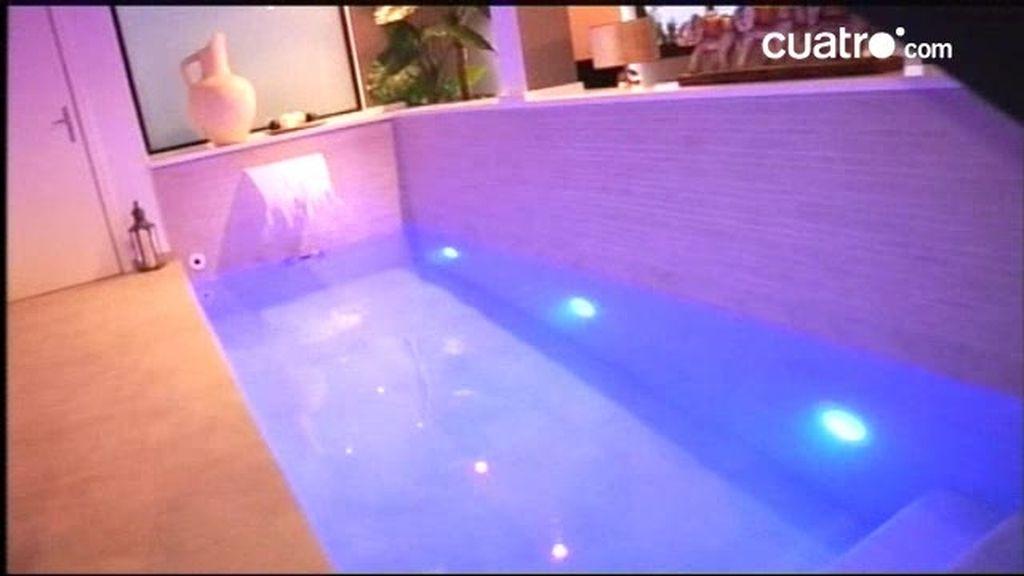 Una piscina integrada en el salón