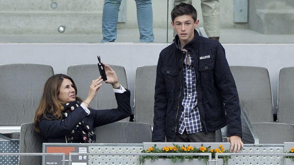 La periodista Ana García Siñeriz acudió con su hijo