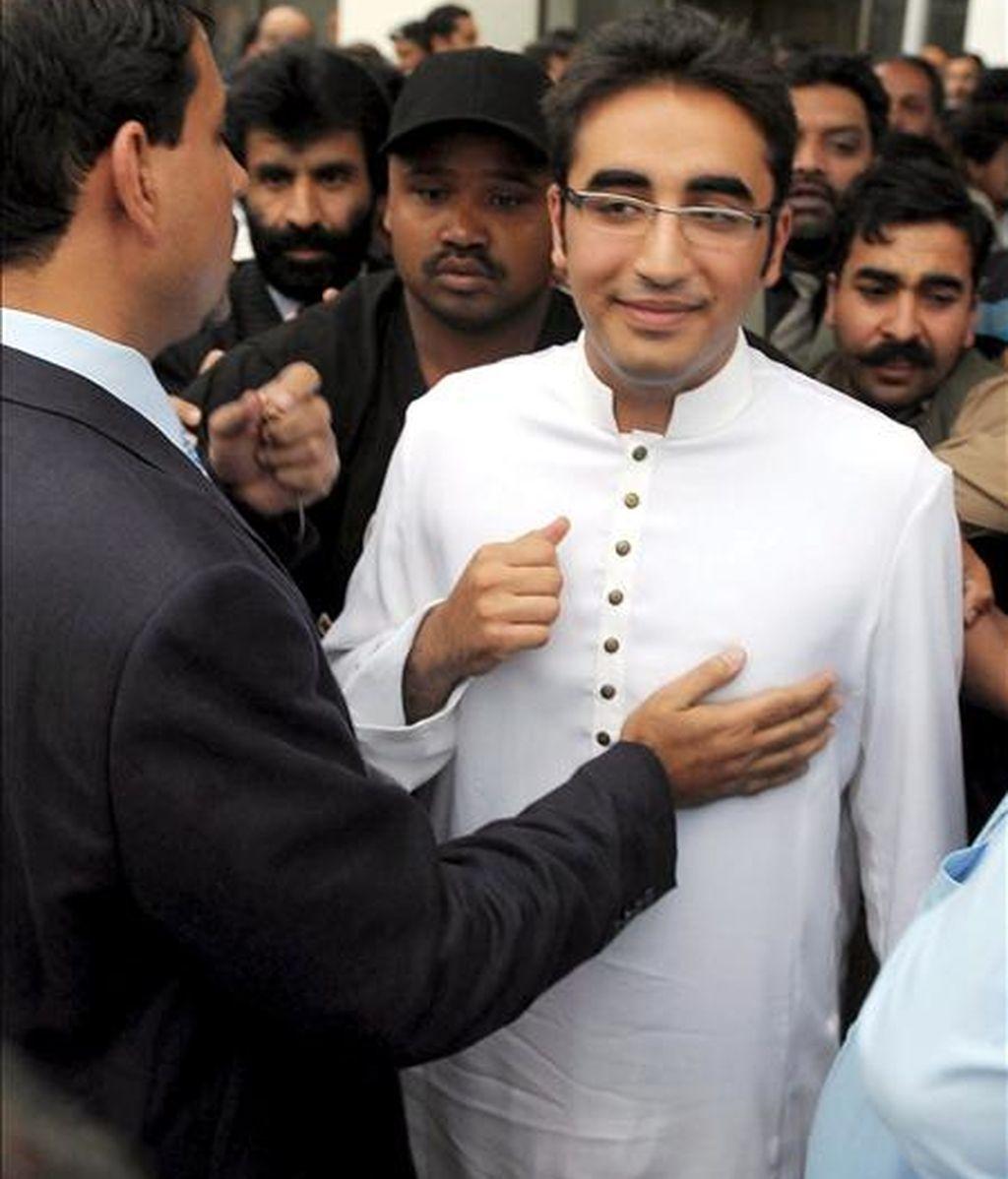 El presidente del Partido Popular de Pakistán (PPP), Bilawal Bhutto Zardari (d), sale del edificio del Parlamento tras escuchar un discurso pronunciado por su padre, el presidente de Pakistán Asif Zardari, en Islamabad, Pakistán. EFE