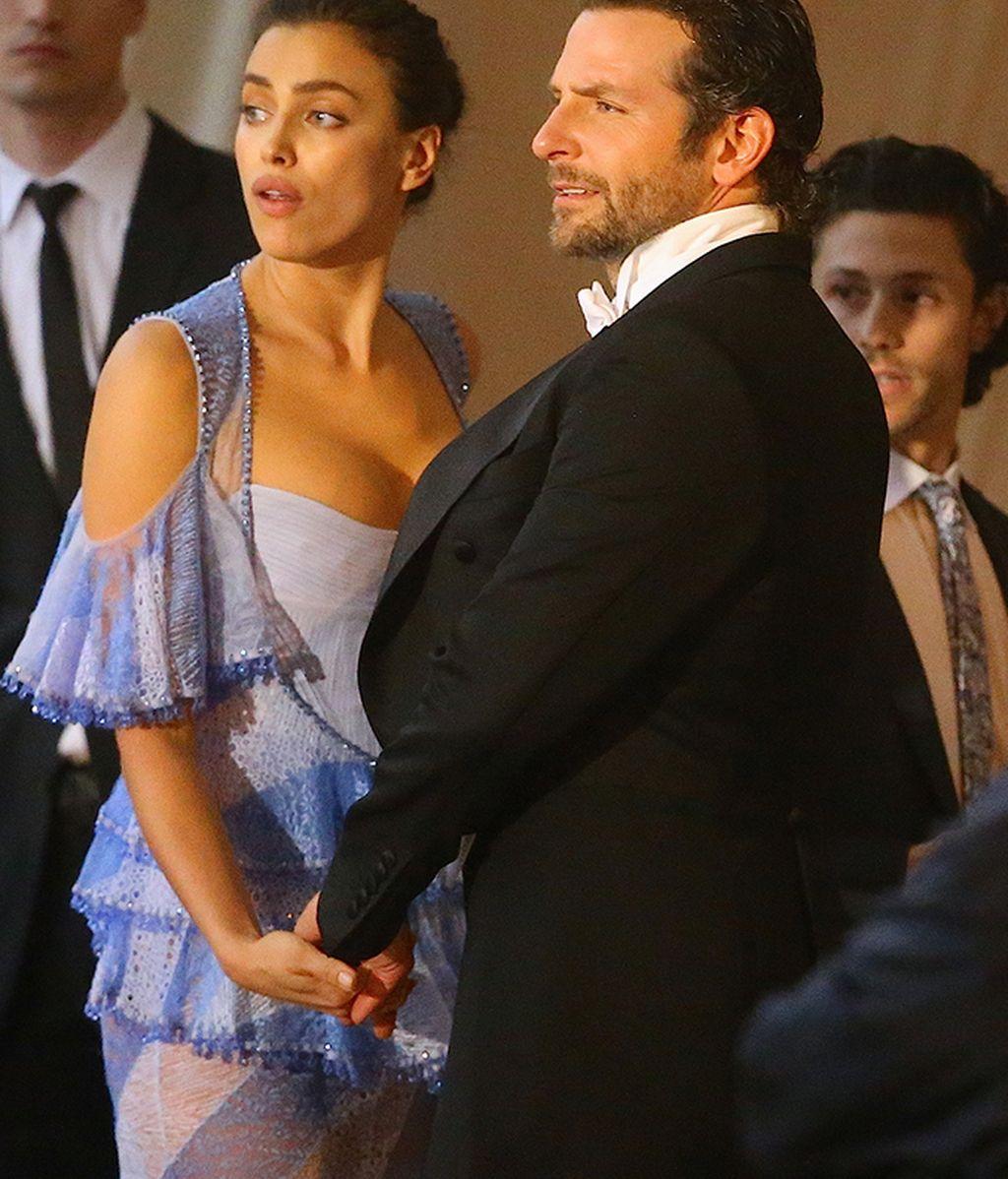 Irina y Bradley Cooper cogidos de la mano