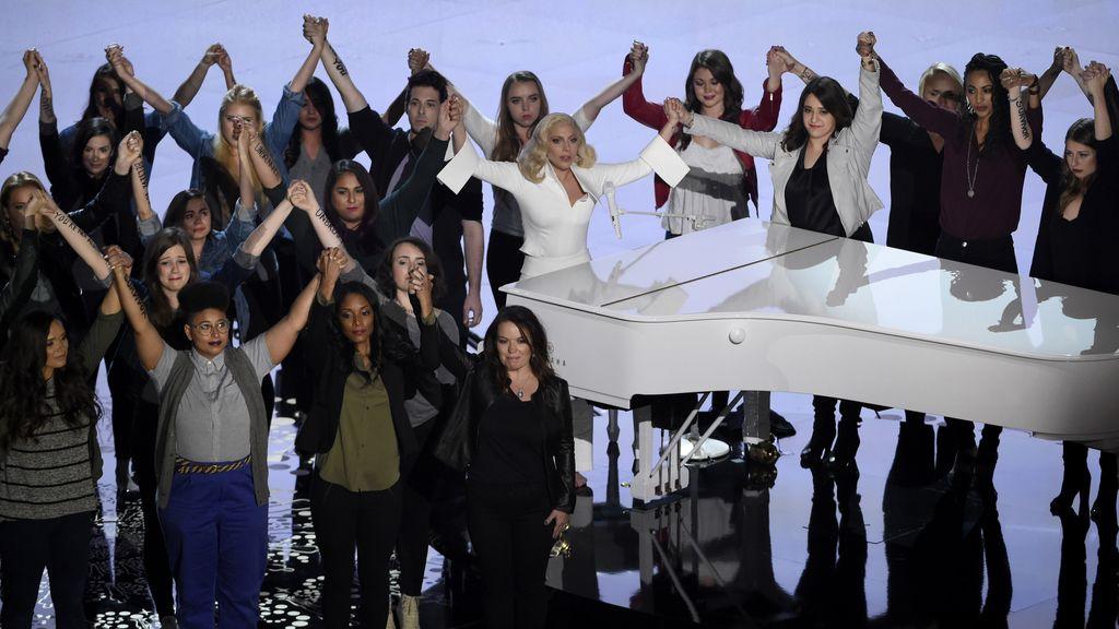 Lady Gaga, cantando junto a un coro de víctimas de abuso y violación