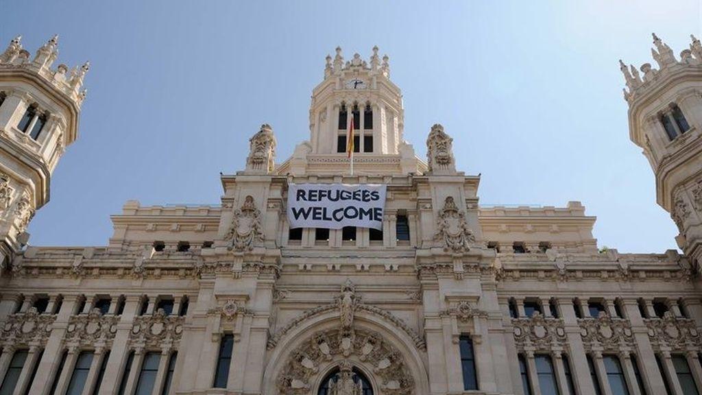 El Ayuntamiento de Madrid coloca una pancarta en su fachada con 'Refugees Welcome'