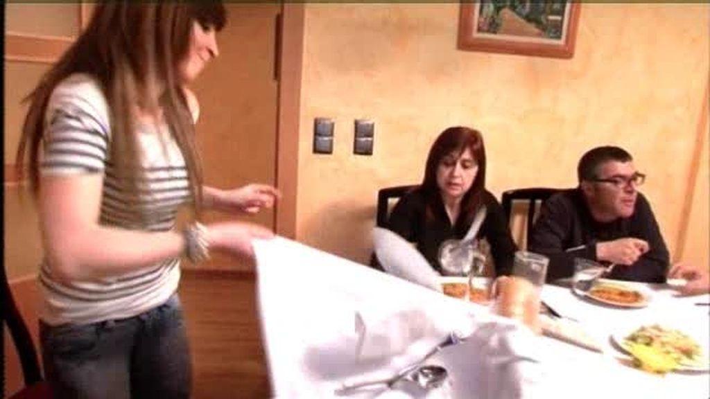 Andrea tira la comida de la mesa