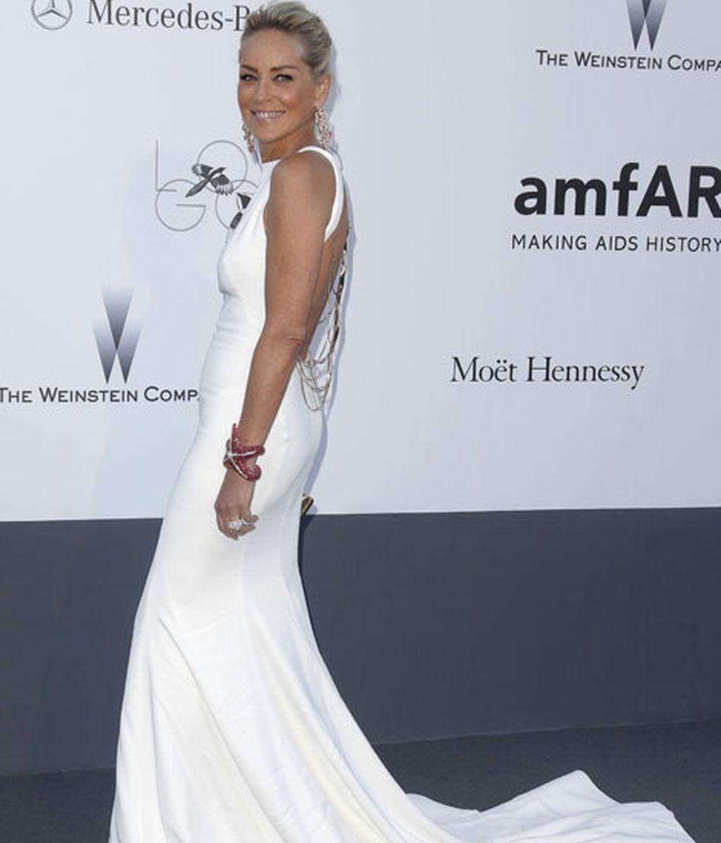 Sharon Stone, lució escote en espalda con la ayuda de un elegante recogido