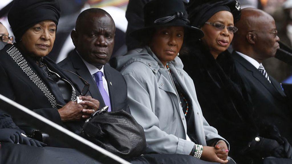 La viuda, Graca Machel, y la ex mujer de Mandela, Winnie Madikizela, lloran la muerte del líder
