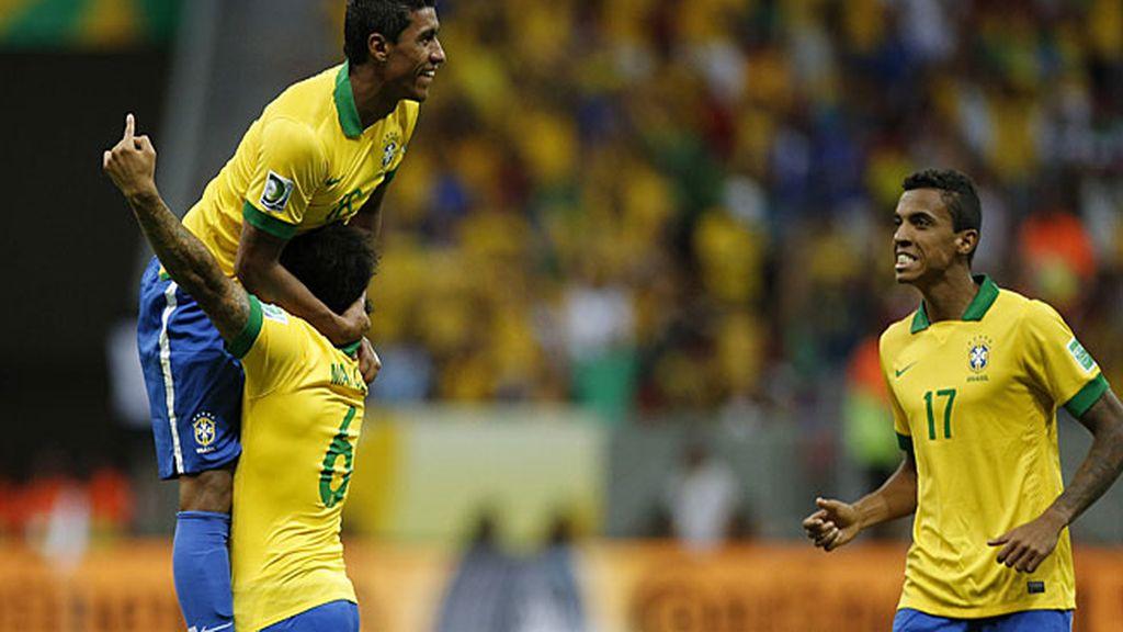 Paulinho celebra su gol junto a Marcelo