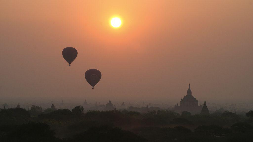 Ver el amanecer en globo sobre los templos Bagán, en Birmania