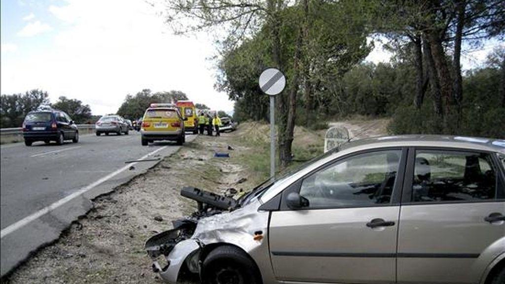 Estado en el que quedó un vehículo implicado en un accidente ayer en el kilómetro 3 de la carretera de El Pardo, M-605, en Madrid, en el que un hombre de 43 años murió. EFE