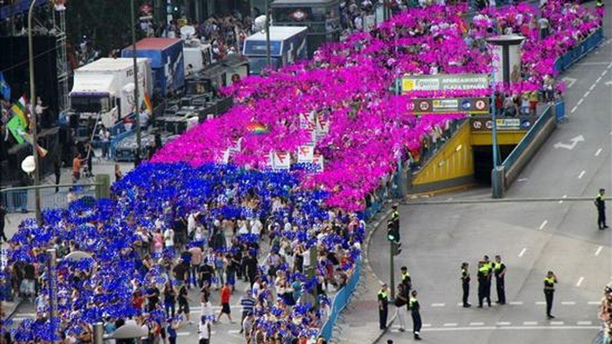 Vista general del desfile del Orgullo Gay, organizado en la capital por la Federación Estatal de Lesbianas, Gays, Transexuales y Bisexuales (FELGTB) y el colectivo de Madrid COGAM, y a la que han asistido 51.500 personas según el cómputo efectuado por la empresa Lynce para la Agencia Efe, con un margen de error al alza del 15 por ciento, que podría elevar el número de asistentes a la marcha hasta 59.225. EFE