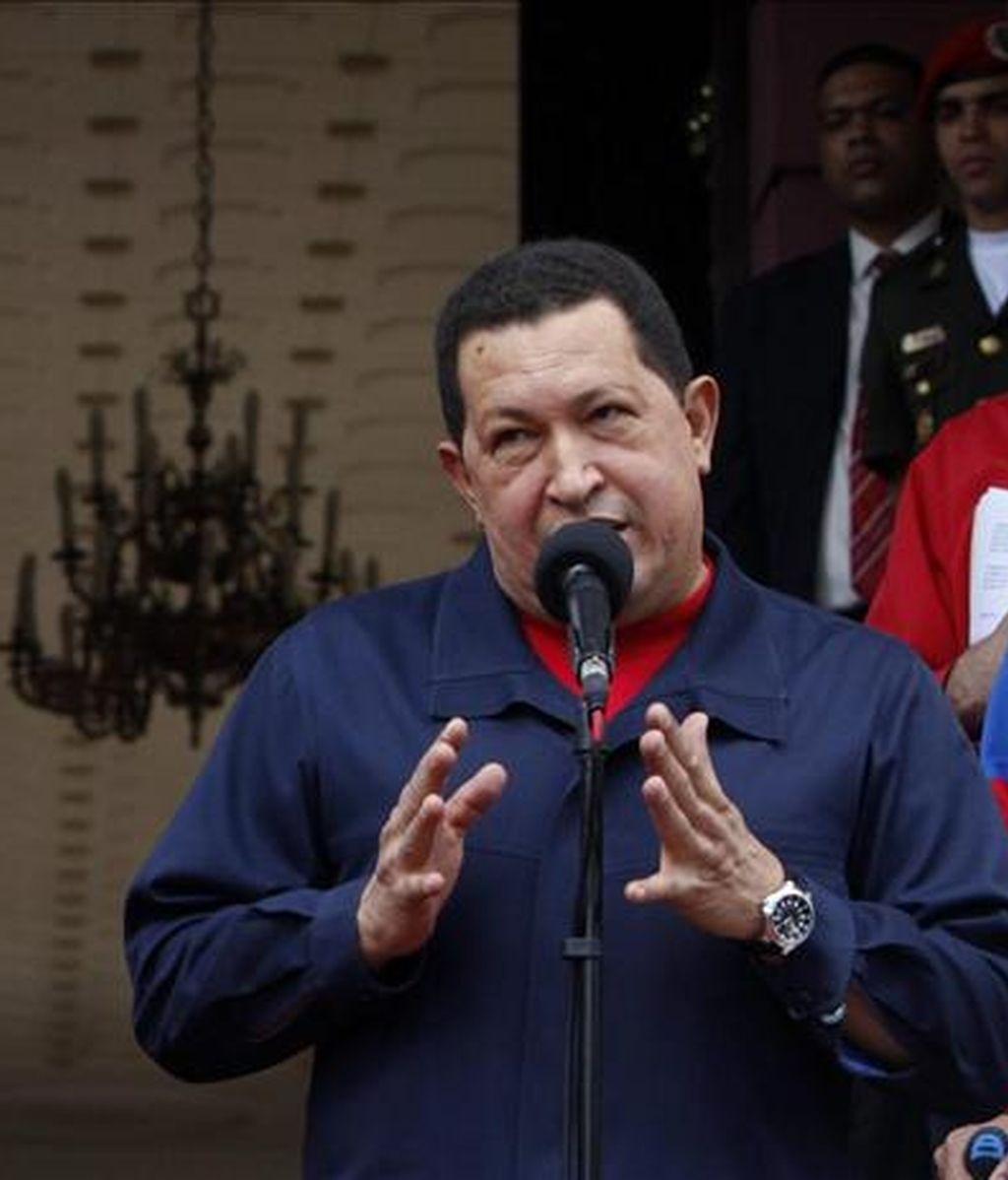 El presidente de Venezuela, Hugo Chávez (d), habla el pasado 22 de julio en Caracas, donde anunció la ruptura de las relaciones diplomáticas con Colombia. EFE