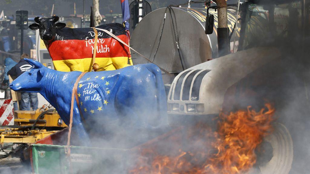 Los agricultores europeos reclaman con tractores y cencerros mejoras a la UE