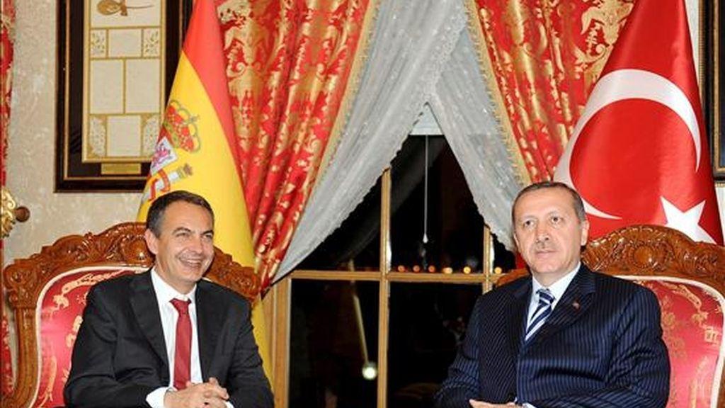 José Luis Rodríguez Zapatero (izq.), hoy en Estambul junto al primer ministro turco, Recep Tayyip Erdogan. EFE