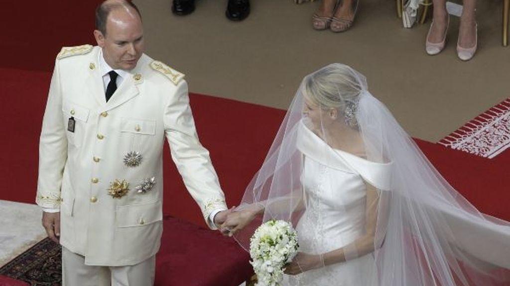 Alberto y Charlene se dan la mano durante su boda