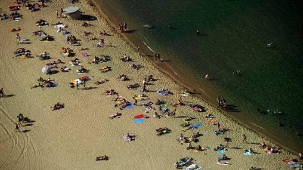 Imagen aérea de la playa de la Barceloneta en la Ciudad Condal.