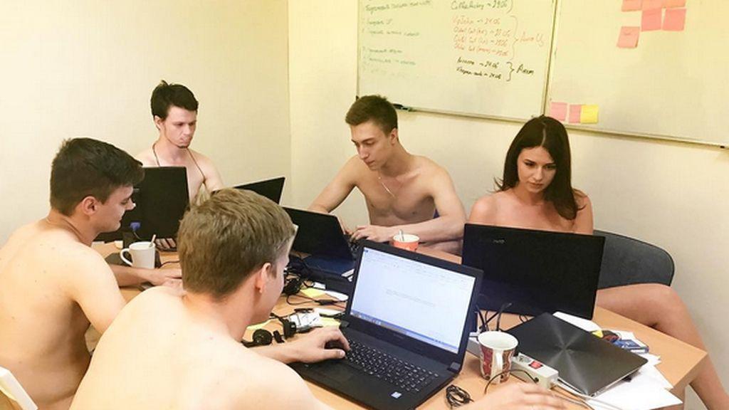 Trabajadores bielorrusos desnudos