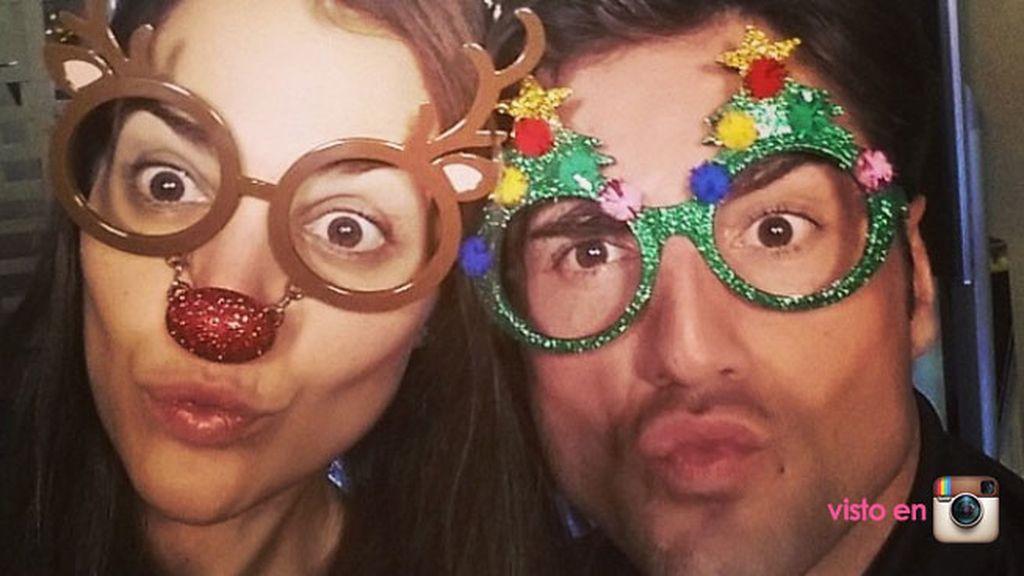Paula Echevarría y David Bustamante, muy cómicos con gafas navideñas