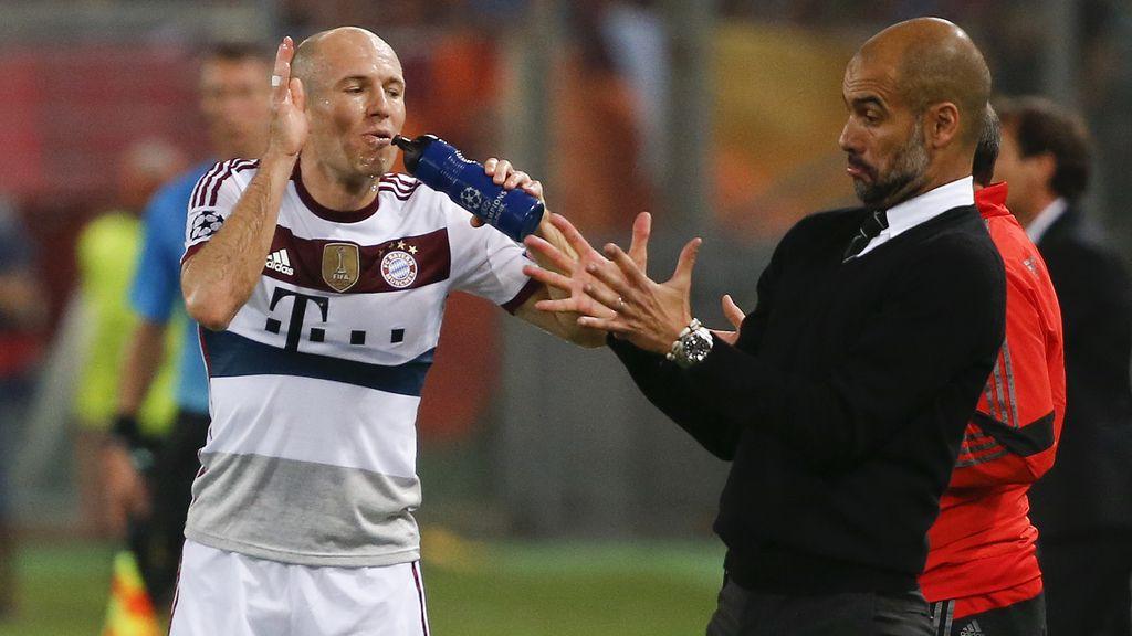 El extremo del Bayern de Múnich Arjen Robben y su entrenador, Pep Guardiola