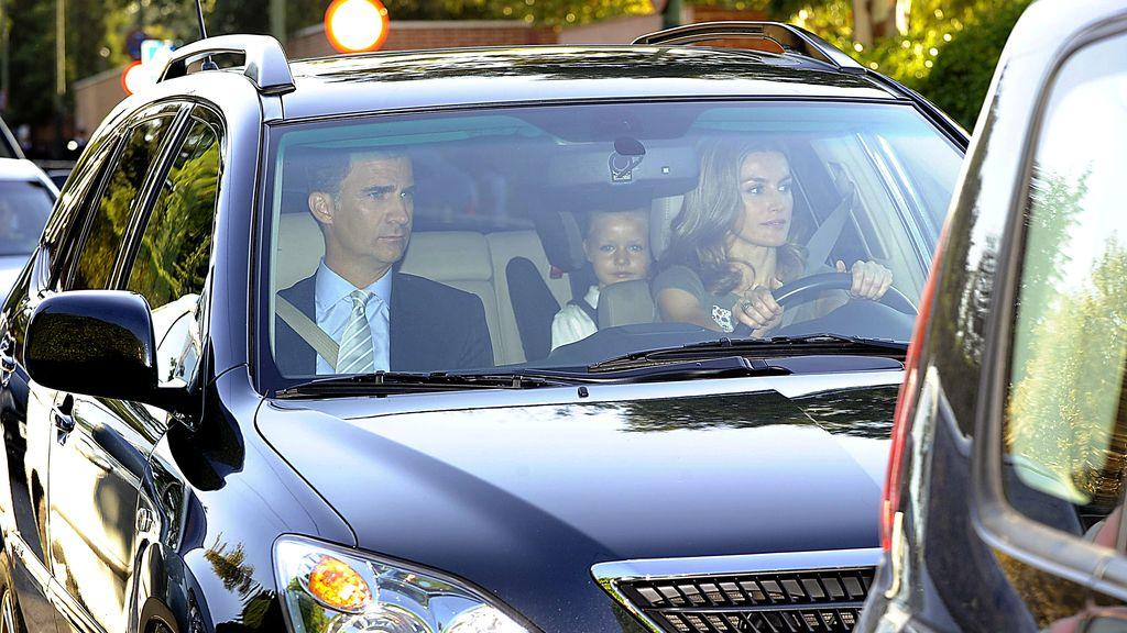 Los Príncipes llevan a las infantas al colegio
