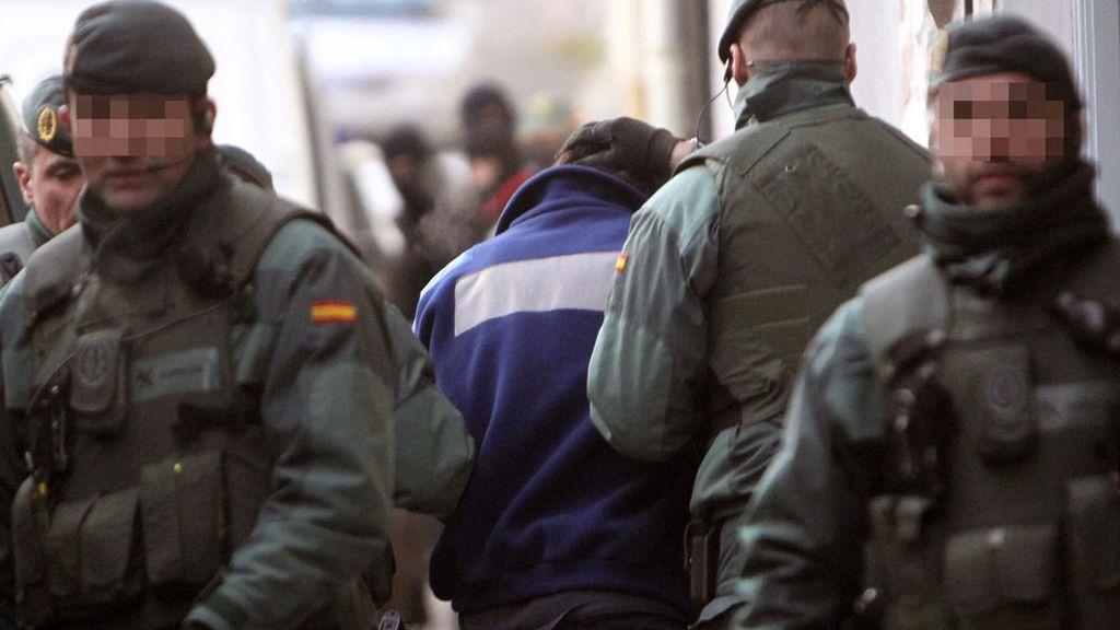 Agentes de la Guardia Civil trasladan a Iñaki Igerategi, uno de los dos presuntos miembros de ETA arrestados en Andoain