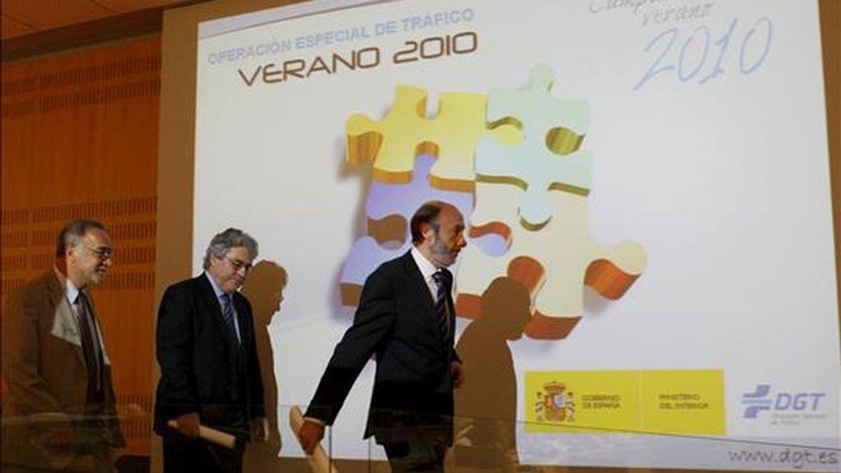 El ministro del Interior, Alfredo Pérez Rubalcaba (d); el subsecretario del Ministerio, Justo Zambrana (c), y el director general de Tráfico, Pere Navarro, antes de presentar el operativo especial de seguridad vial para este verano. EFE