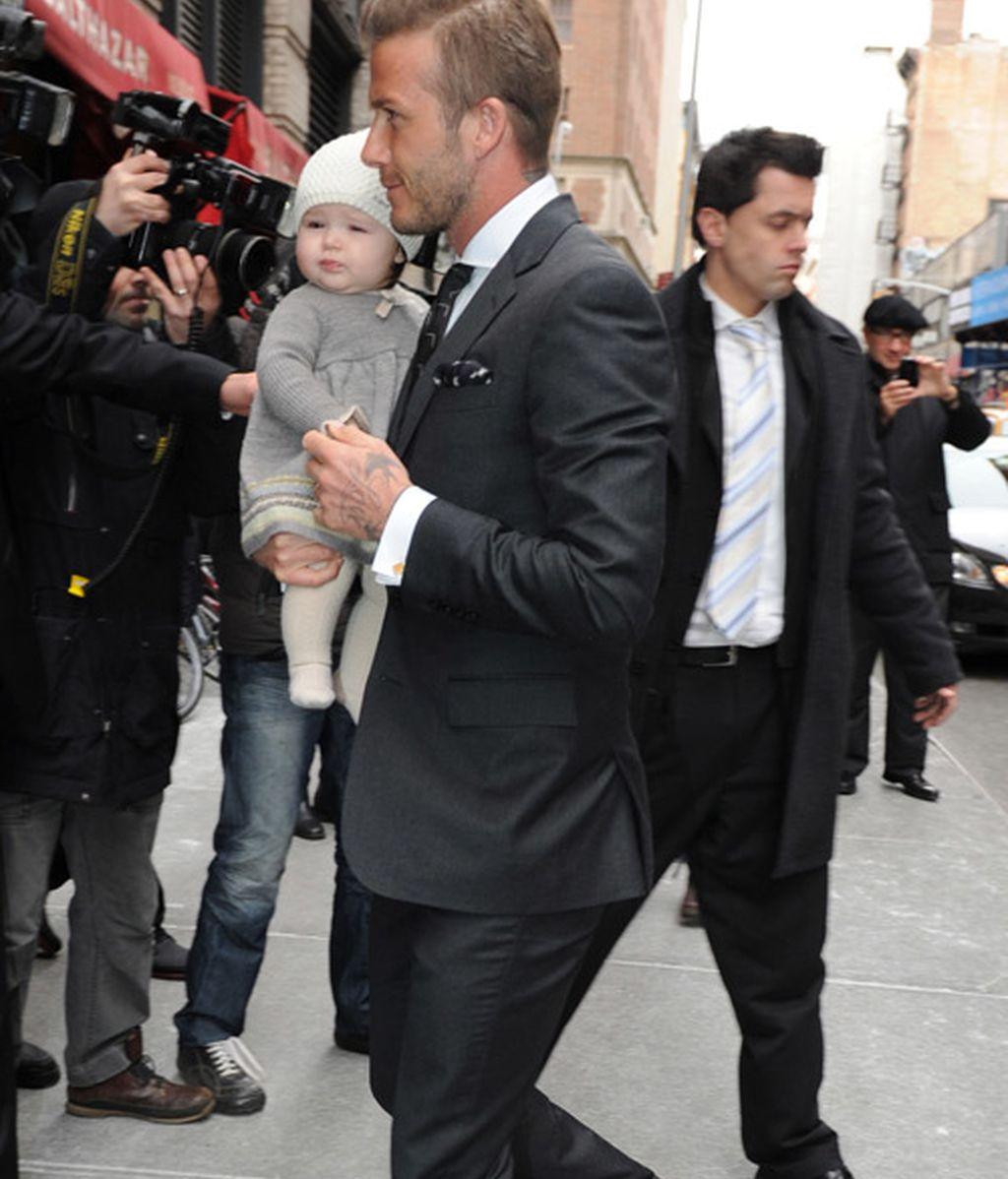 'Lengüetazo' en el 'Soho' neoyorquino de la pequeña Beckham a los periodistas