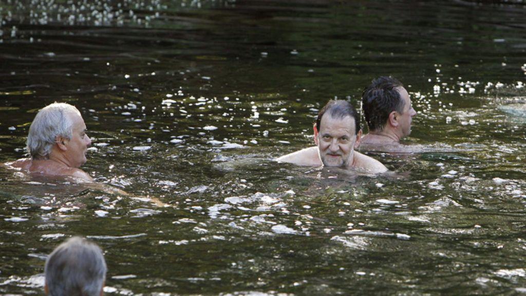 Rajoy se da un chapuzón en el río Umia