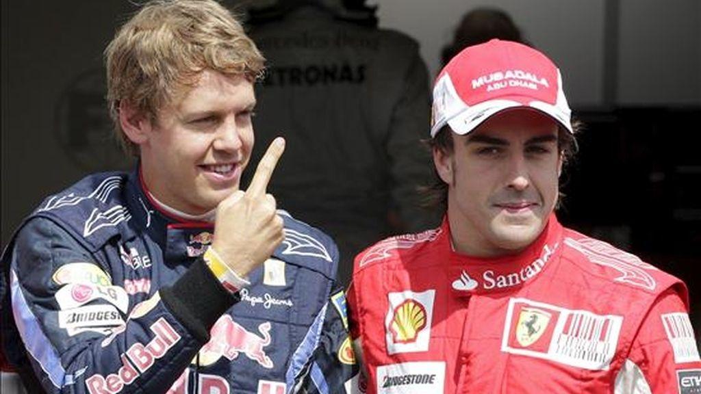 El piloto alemán Sebastian Vettel (i), de Red Bull Racing, y el español Fernando Alonso (d), de Ferrari, celebran tras la sesión de clasificación del Gran Premio de Alemania realizada en el circuito de Hockenheim, hoy. EFE