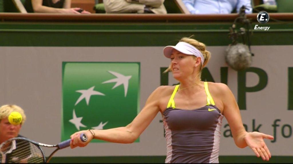 Sharapova golpea con su derecha una bola.