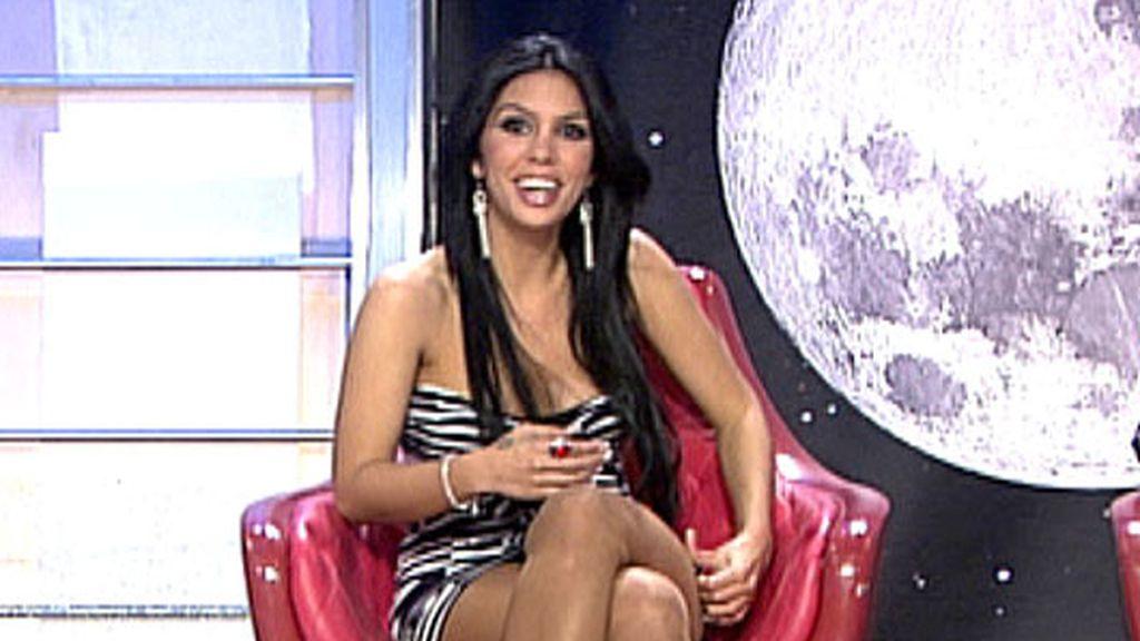 Silvia Sicilia se sienta en el trono