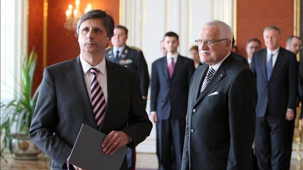 El nuevo primer ministro checo, Jan Fischer (i), y el presidente del país, Vaclav Klaus (d), tras finalizar la ceremonia de nombramiento de Fischer en el castillo de Praga, República Checa. EFE/Archivo