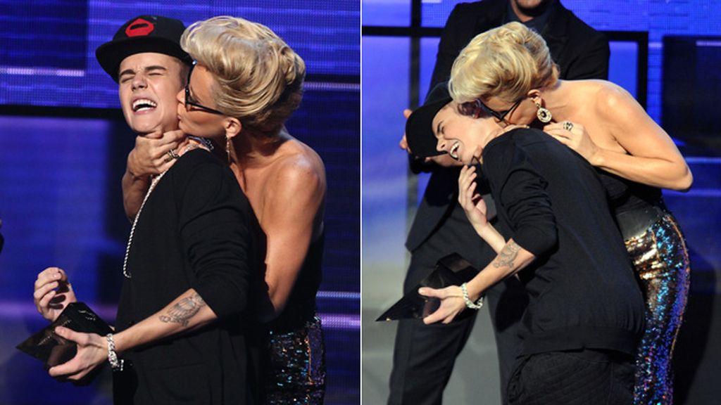 Jenny McCarthy y su apasionado beso a Justin Bieber