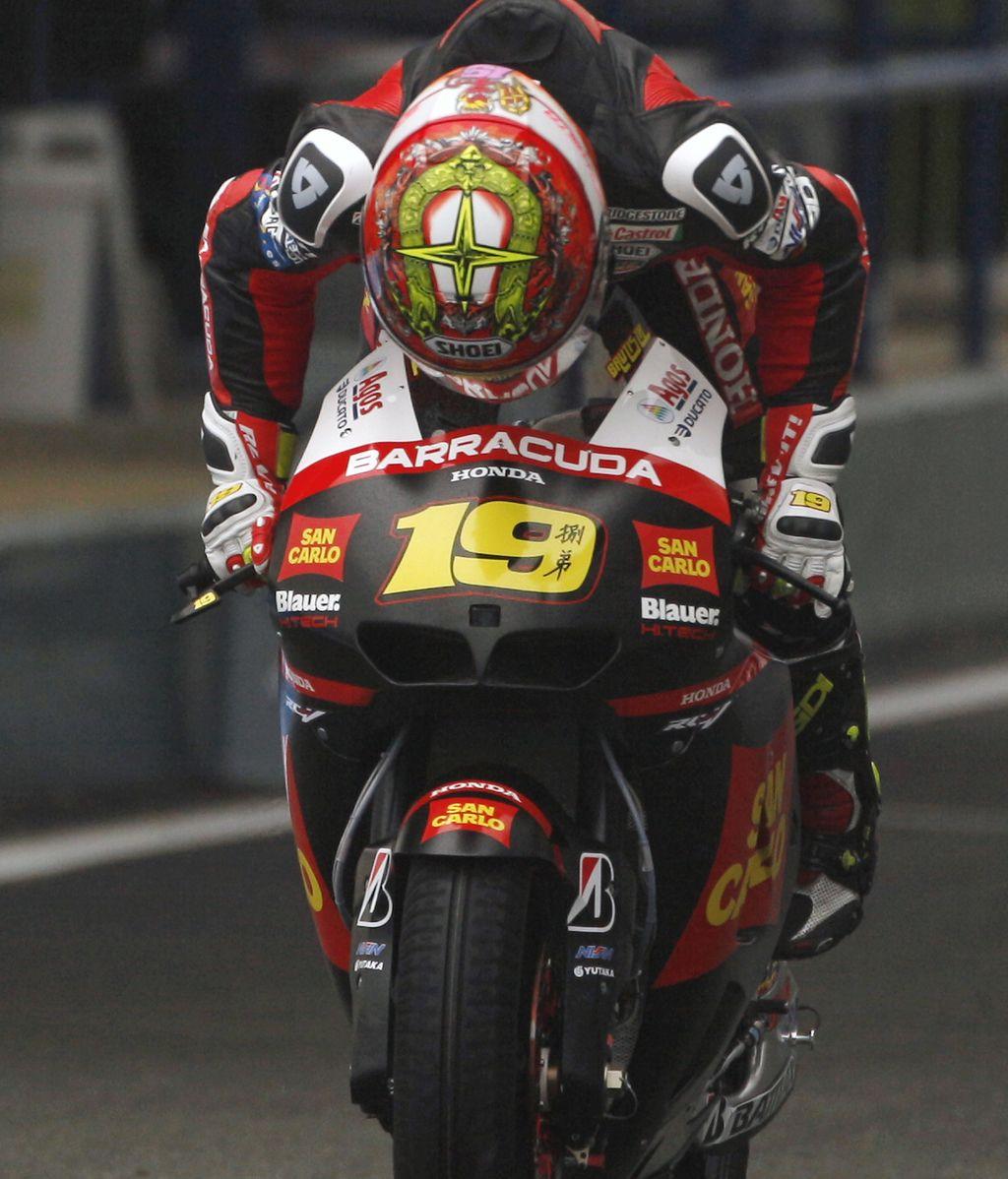 Álvaro Bautista, bajo la lluvia de los libres en Jerez