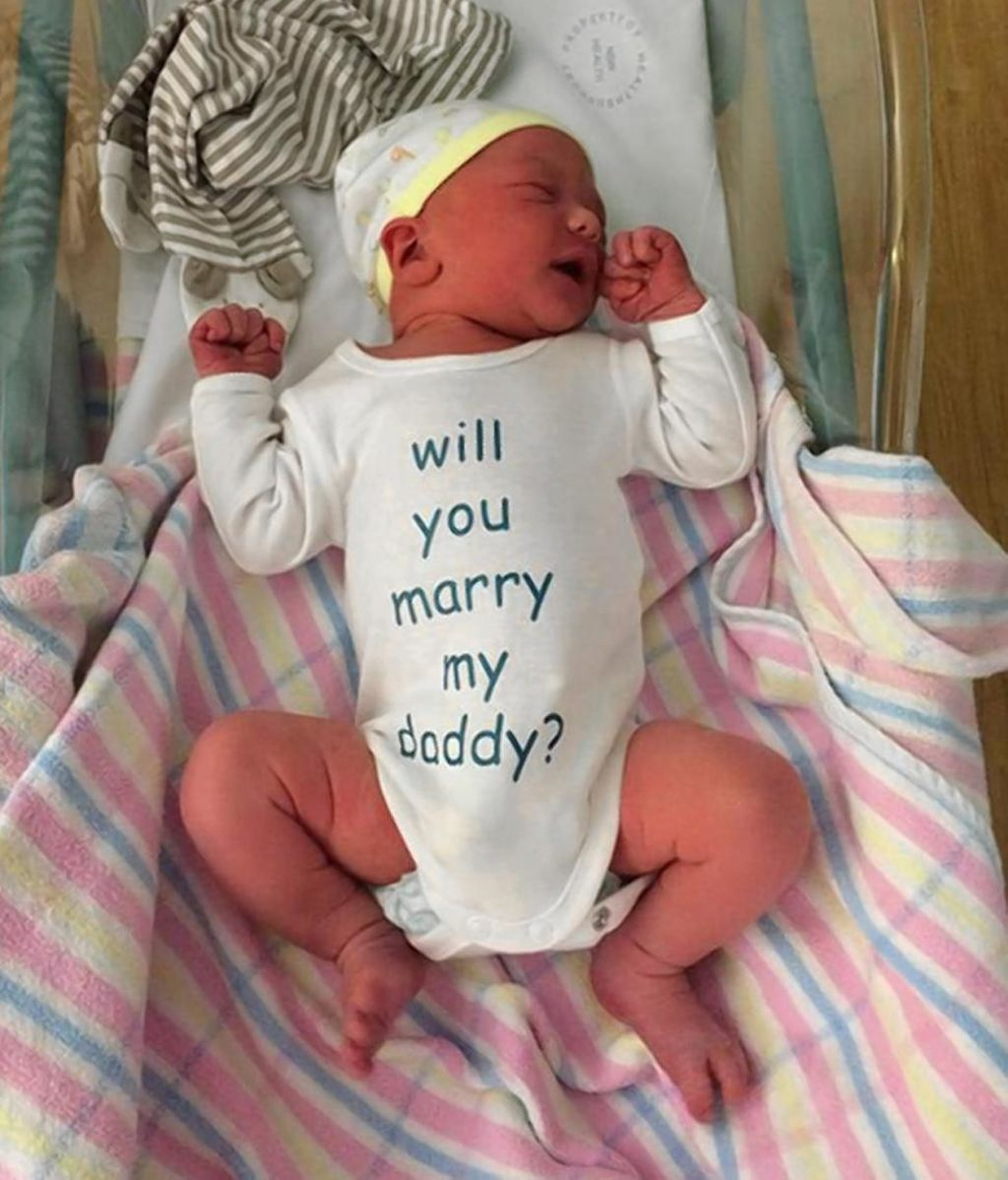 Un hombre le propone matrimonio a su novia mediante la ropa de su recién nacido