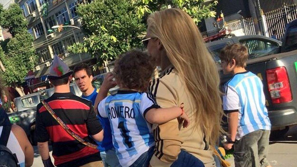 Eliana Guercio, pareja de Sergio Romero, se dirige al estadio con su hijo