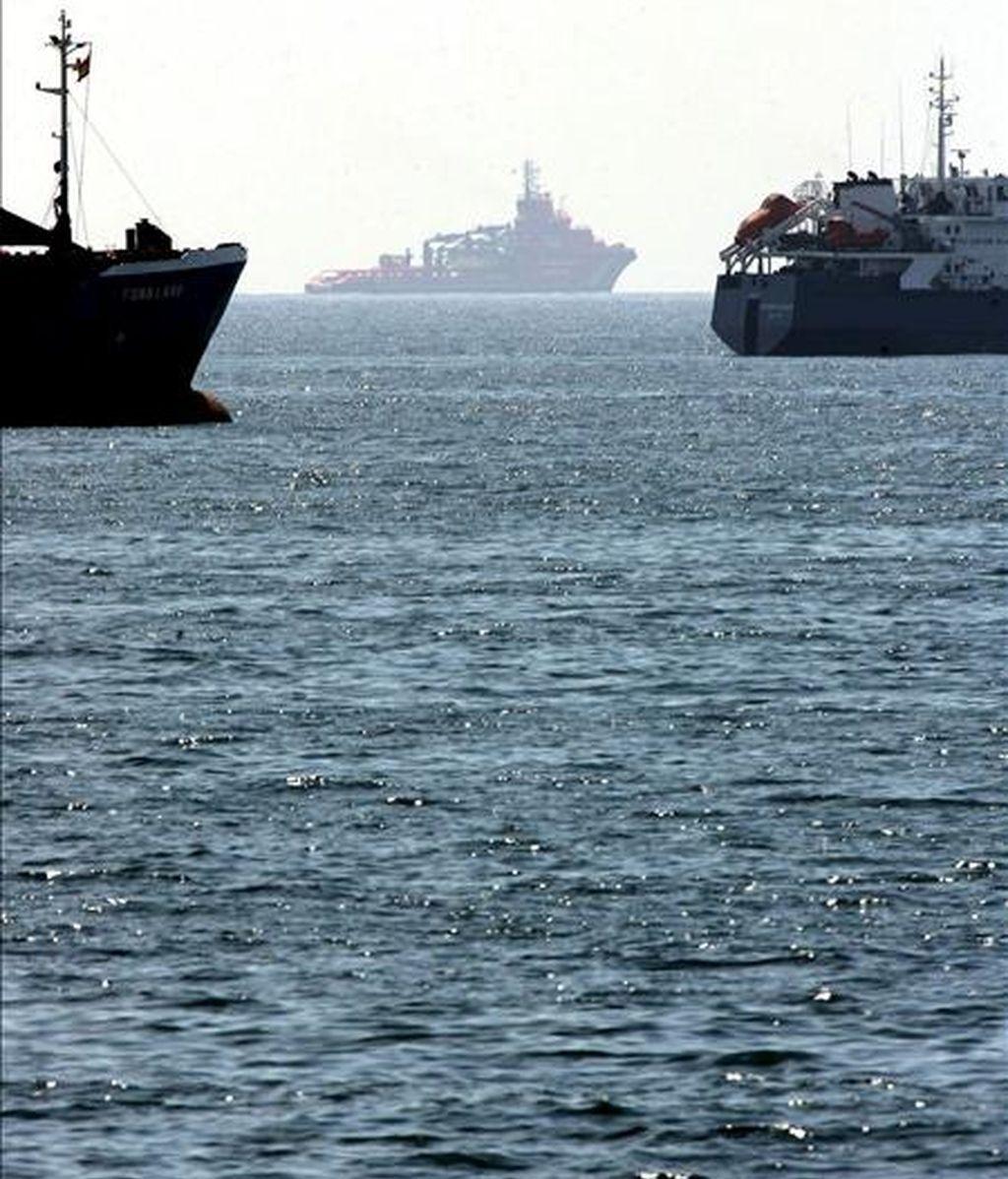 Uno de los remolcadores que participan en las tareas de limpieza de la mancha de crudo que se detectó ayer frente a la costa de Tarragona, en la zona de la mancha ante dos buques fondeados frente al puerto. EFE