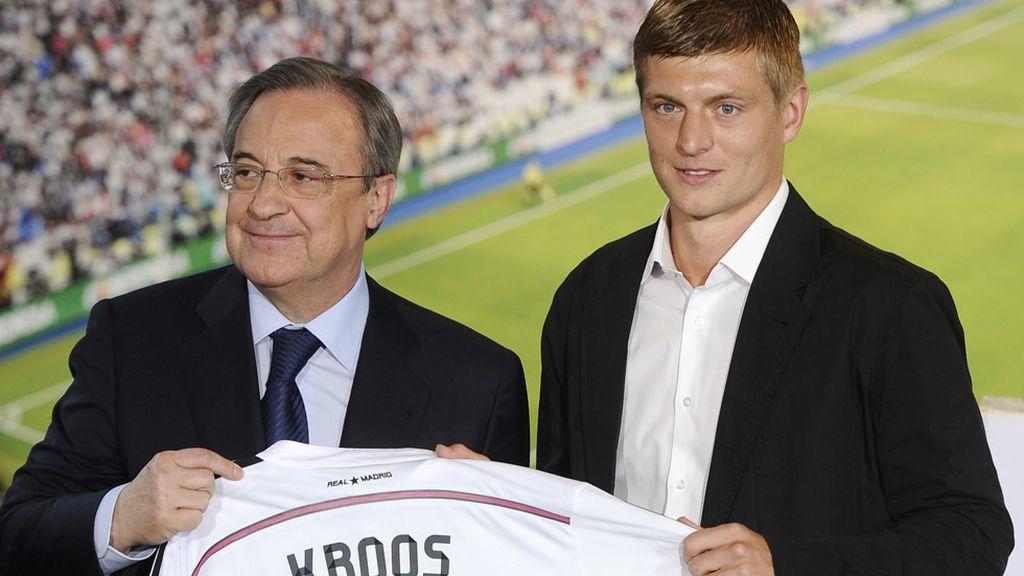Florentino Pérez muestra la nueva camista de Toni Kroos