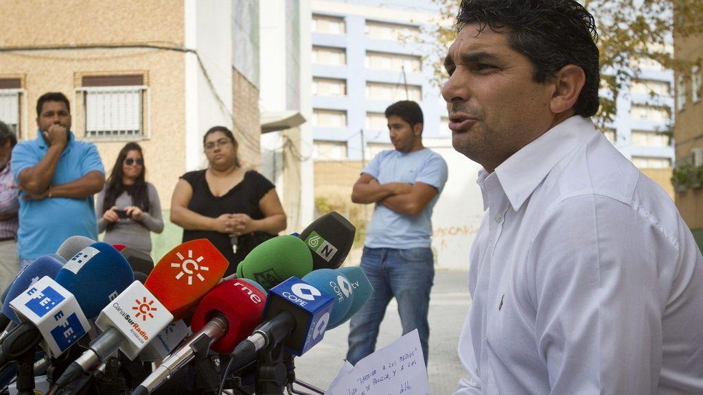 Juan José Cortés haciendo declaraciones a los periodistas