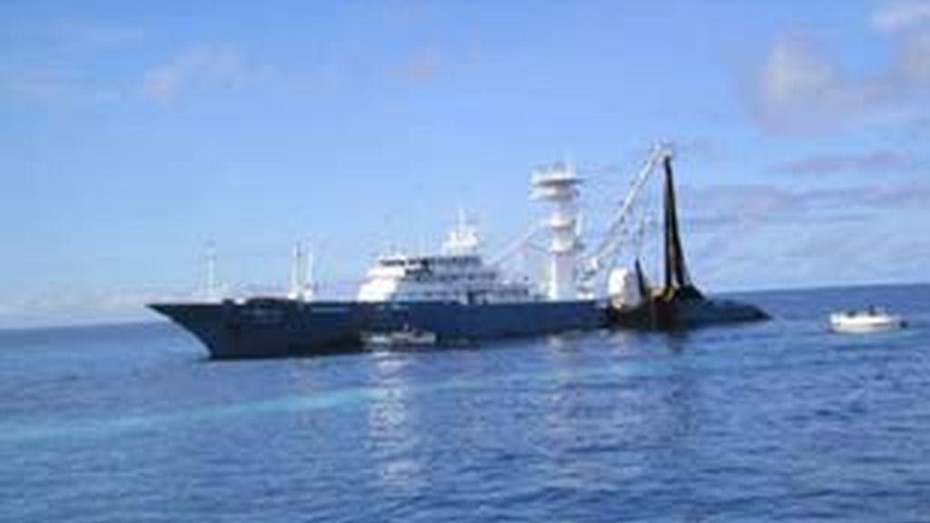 El buque Txori Toki ha escapado de lo que parecía un ataque de piaratas en el Indico.