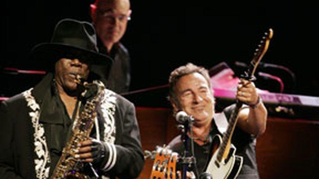 Muere el saxofonista Clarence Clemons, a los 69 años de edad.