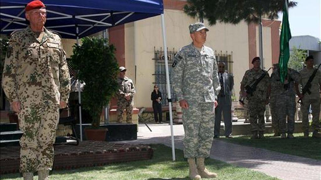 El general Egon Ramms (i) y el nuevo jefe de la Fuerza Internacional de Asistencia a la Seguridad (ISAF), el general estadounidense David Petraeus (d), participan hoy en la ceremonia de cambio de mando celebrada en el cuartel general de la organización en Kabul, Afganistán. EFE