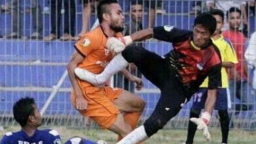 patada abdomen,muere futbolista,partido,Akli Fairuz